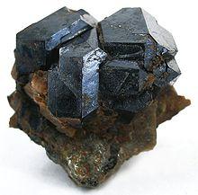 سنگ اورانیوم در آغاز قرن بیستم تفحص و جستجو برای یافتن معادن رادیو اکتیو در ایالات متحده آغاز شد. منابع رادیوم که حاوی کانیهای اورانیوم نیز میبودند،